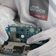 Técnico reparando smartphone Phone Service Center