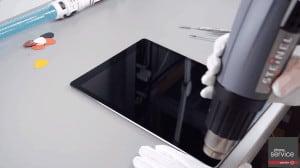 Aplicamos calor en la pantalla del iPad Pro para volverla a pegar