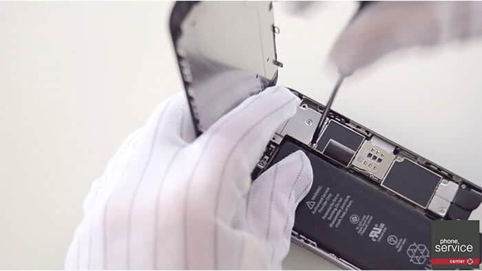 Conectaremos los Flex de la pantalla y ponemos su chapa protectora