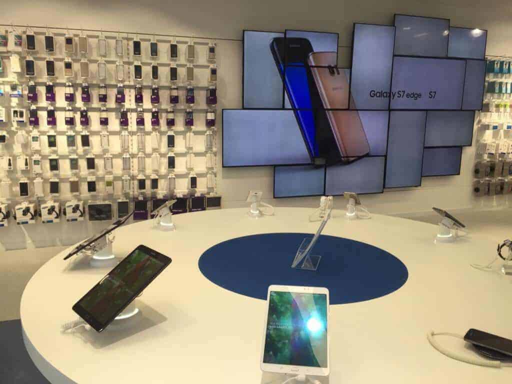 Samsung Premium Service Plaza telefonos de Samsung en el expositor