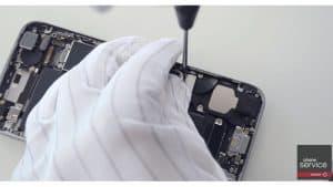 9 Ponemos-la-chapa-protectora-del-iPhone-6S