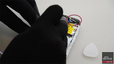 Quitamos el sensor de proximidad, auricular y vibrador