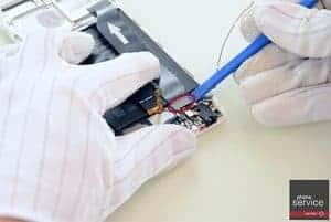 15.-Quitamos-el-flex-que-conecta-la-placa-base-con-la-subplaca