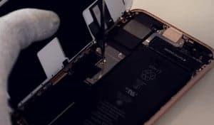2-tornillos-de-la-chapa-protectora-del-flex-iphone 8 2