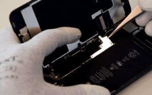 quitamos-la-chapa-protectora-del-chapa-protectora-del-flex-de-la-bateria-del-tactil-del-LCD-y-boton-Home-iphone 8 plus 3