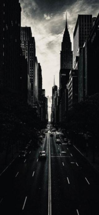 Calle con tonos negros y grises fondo pantalla del iPhone